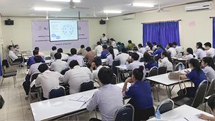 ラオス国立大学での講義風景