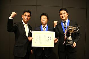 優勝した東京店 呼斯楽(中央)・齊藤優太(右)チーム